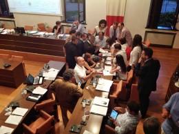 In una pausa dei lavori, i consiglieri discutono la modifica a un Ordine del giorno. Dal Consiglio comunale di lunedì 22 luglio 2013