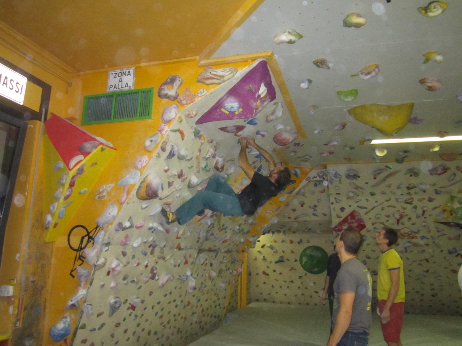 Parete Scalata Bambini : La roccia da arrampicata è in una corte di san damiano u2013 noi brugherio
