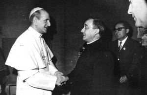 Il beato Papa Paolo VI nel 1971 con l'allora parroco di Brugherio don Franco Perlatti