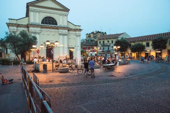 piazza sera estate