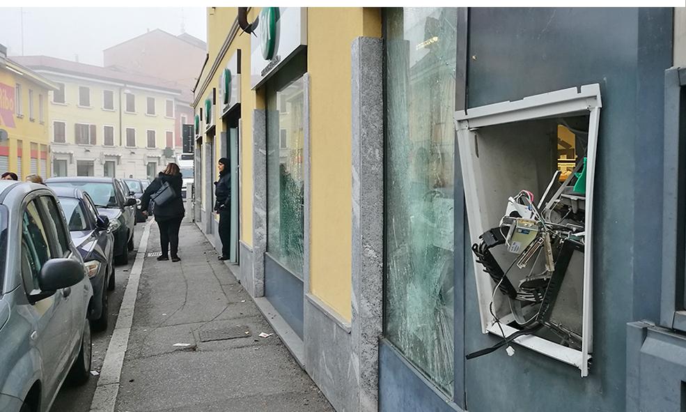 Due Scoppi Nella Notte Salta Il Bancomat Della Bpm In Via Teruzzi