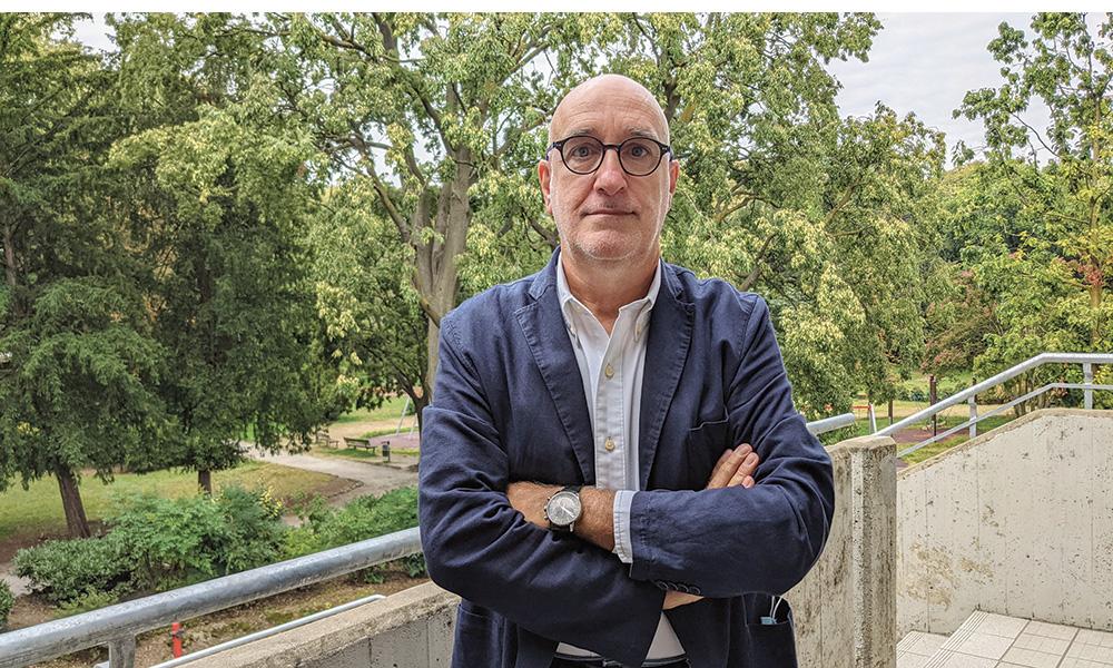 L'assessore Carlo Peraboni sullo sfondo del parco di Villa Fiorita